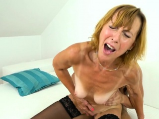 Grown up cougar gets fucked