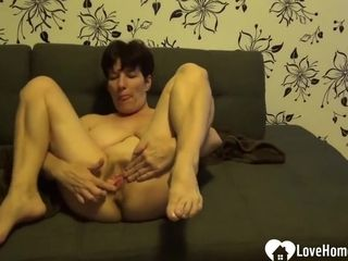 Sultry Older Bitch Is Pleasuring Her Drenched Vagina