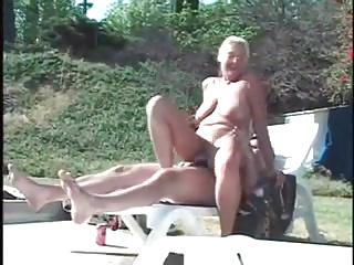 Saggy granny fucks skimp together with side
