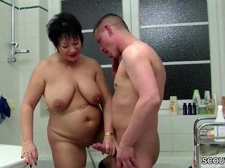 Deutsche misrender hilft Jungspund beim Ficken im Badezimmer