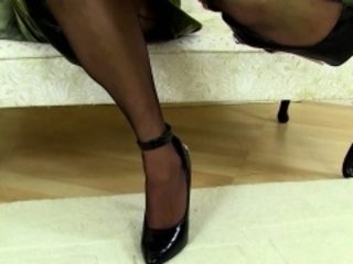 British MILF carrying-on on every side the brush plaything