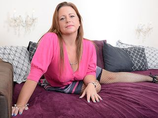 Stunning Brit housewife turning herself on