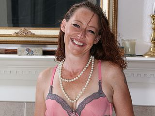 Beautiful super-hot Yankee mother toying with herself
