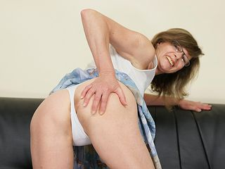 Mature hoe railing a faux-cock on her sofa