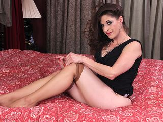 Yankee mommy Kat toying with herself