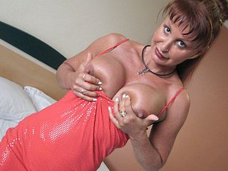 This mature sex addict super-bitch likes to het humid on her playthings