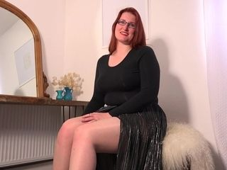 Curvy Red Haired Cougar Playing With Her Hairy Pussy - MatureNL