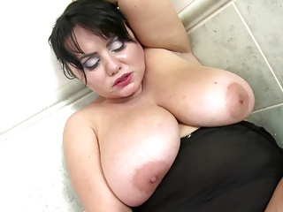 Mature sex bomb mother with sweet wet cunt