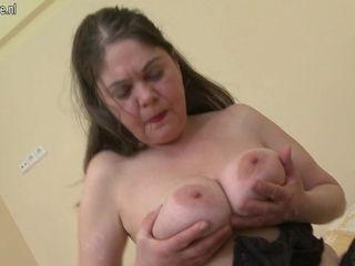 Horny Mature Slut Getting Her Pussy Wet - MatureNL
