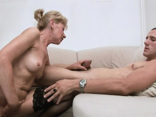 Flirting mature bitch gives oral stimulation to her stud
