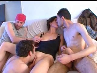 Cette bourge Petra veut baiser avec plusieurs mecs
